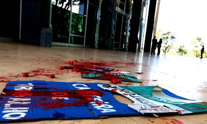 Resultado de imagem para grupo joga tinta vermelha na entrada do STF