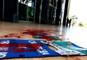 Manifestantes jogaram tinta vermelha em frente ao Supremo Tribunal Federal Foto: Ailton de Freitas / Agência O Globo