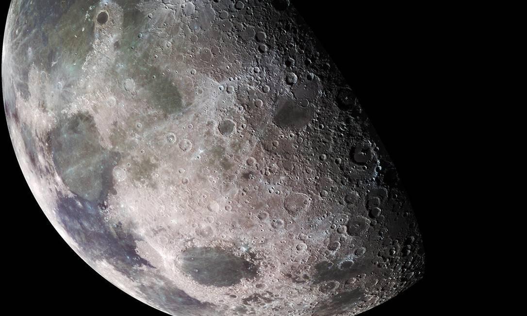 Imagem da Lua feita pela sinda Galileu, da Nasa, em sua viagem a Júpiter no fim dos anos 1990: descobertas recentes mostram que satélite não é tão seco quanto se pensava Foto: / NASA/JPL/USGS