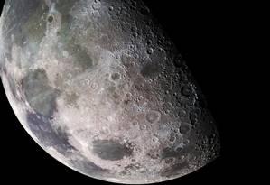 Imagem da Lua feita pela sinda Galileu, da Nasa, em sua viagem a Júpiter no fim dos anos 1990: descobertas recentes mostram que satélite não é tão seco quanto se pensava Foto: NASA/JPL/USGS