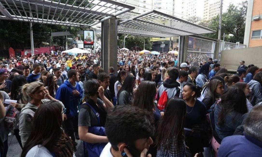Alunos entram em universidade para fazer prova do Enem: número de inscrições no ensino superior caiu Foto: Marcos Alves