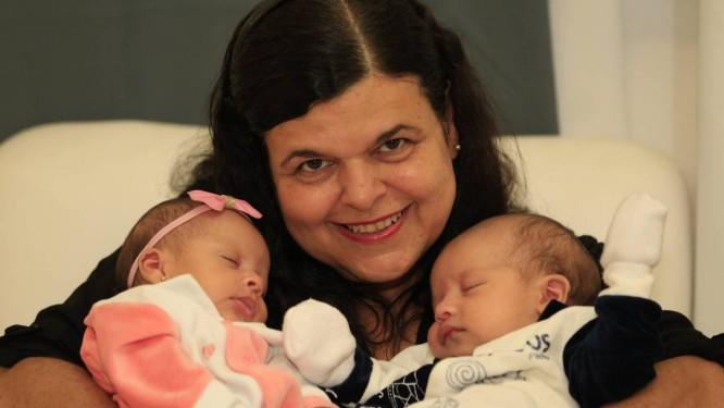Aos 52 anos, Vera Lúcia segura no colo seus filhos, Isabella e Guilherme, com 1 mês de vida: gravidez veio após congelamento de óvulos Foto: Roberto Moreyra