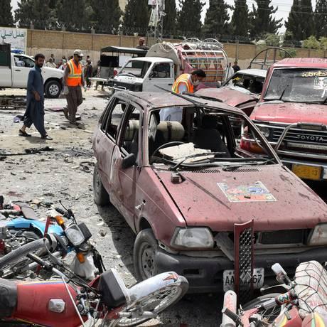 Esquadrão antibombas examina o local onde homem-bomba se explodiu na cidade de Quetta, no Paquistão Foto: NASEER AHMED / REUTERS