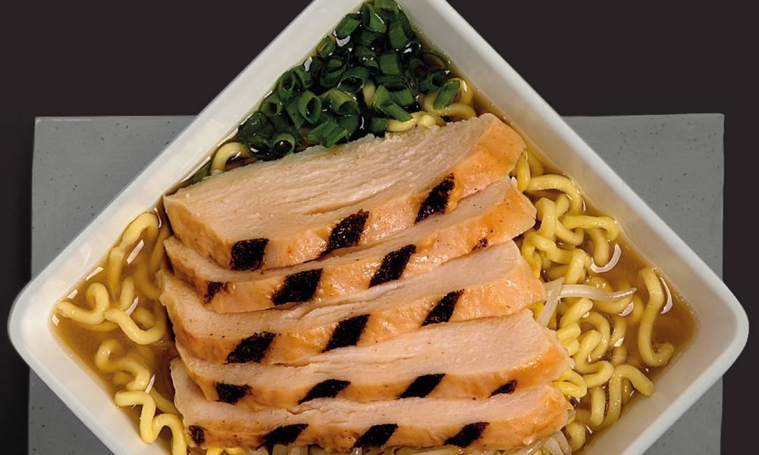 Koni. Nos pratos principais, vem o Lámen (R$ 16,90), composto por missô com massa estilo lámen, peito de frango grelhado, cebola roxa e moyashi (brotinho de feijão). Rua Farme de Amoedo 75, Ipanema (2227-4941). Divulgação