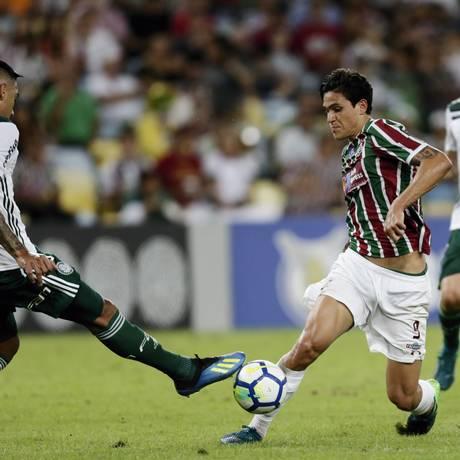 O atacante Pedro tenta passar pelo zagueiro Antônio Carlos Foto: Antonio Scorza / Agência O Globo