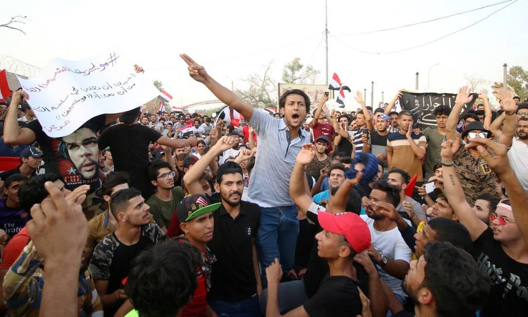 Manifestantes gritam slogans em protesto junto à sede do governo regional em Basra: infraestrutura precária causa descontentamento Foto: ESSAM AL-SUDANI / REUTERS/20-7-2018