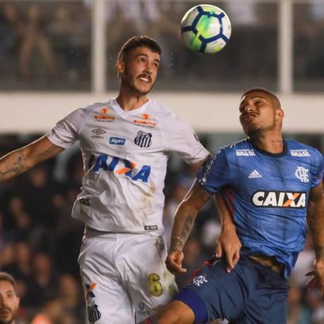 Guerrero disputa a bola com Gustavo Henrique, do Santos Foto: Terceiro / Ricardo Moreira/Fotoarena/Agência
