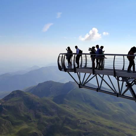 Ponte totalmente de vidro, que fica a 320 metros de altura Foto: BOB EDME / AFP