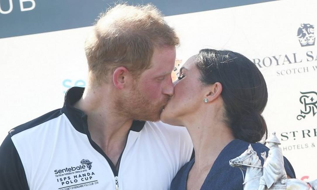 Que protocolo que nada! O amor é para ser celebrado e foi isso que Harry e Meghan fizeram na manhã desta quinta-feira numa partida beneficente de polo em Windsor Foto: HANNAH MCKAY / REUTERS