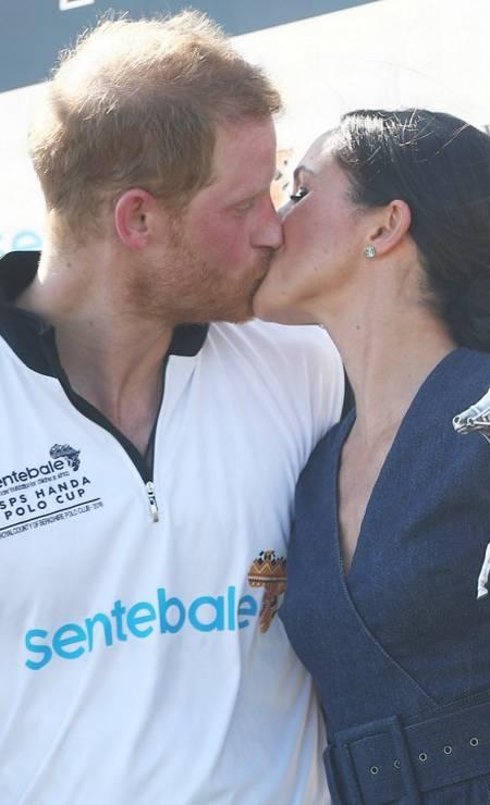 O beijo apaixonado dos pombinhos, que se casaram em maio Foto: HANNAH MCKAY / REUTERS