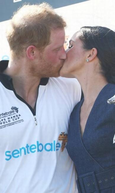O beijo apaixonado dos pombinhos, que se casaram em maio HANNAH MCKAY / REUTERS