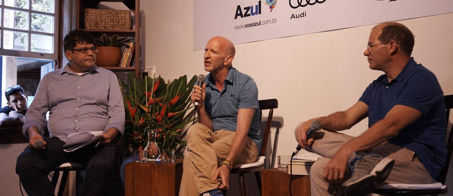 Plínio Fraga, editor-chefe de ÉPOCA, com os convidados Simon Montefiore e Helio Gurovitz Foto: Foto: Marcelo Saraiva Chaves