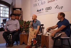 Plínio Fraga (à esquerda), editor-chefe de ÉPOCA, com os convidados Simon Montefiore e Helio Gurovitz Foto: Foto: Marcelo Saraiva Chaves