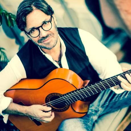 O guitarrista Al Di Meola está no Rio com sua turnê acústica Foto: Francesco Cabras / Divulgação