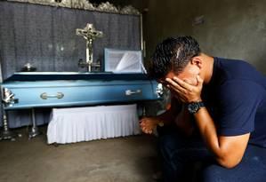 Tempos de dor. Parente chora junto ao caixão com o corpo de Bryan Picado, morto durante enfrentamentos com membros das Forças Especiais da Nicarágua no bairro de Sandino, Jinotepe: a menos 295 vítimas fatais na repressão Foto: OSWALDO RIVAS / REUTERS/24-7-2018
