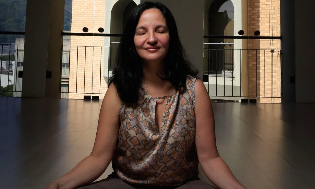 """A terapeuta Lisiane Mutti explica: """"Através da respiração correta, conseguimos fazer uma limpeza profunda no corpo e na mente"""" Foto: Roberto Moreyra / Agência O Globo"""