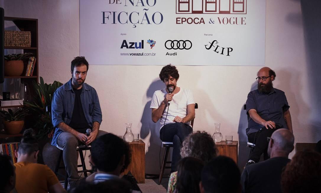 Os editores André Conti, da Todavia, e Emilio Fraia, da Companhia das Letras conversaram com o quadrinista Fábio Moon (ao centro) Foto: Foto: Marcelo Saraiva Chaves