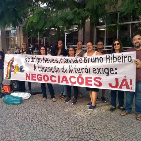 Impasse: servidores da educação em manifestação na porta da prefeitura, em maio Foto: Divulgação