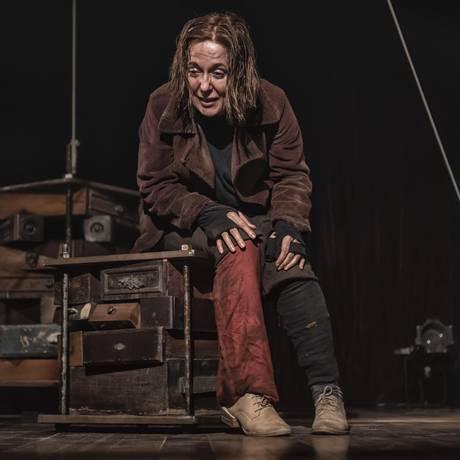 Um Beckett 'depois do fim do mundo' surge no solo 'The and', de Isabel Cavalcanti, em cartaz até agosto no Sesc Copacabana Foto: Divulgação / Mauricio Maia