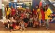 Inclusão. Crianças assistidas por uma ONG se divertem na área de brinquedos do Ilha Plaza Shopping