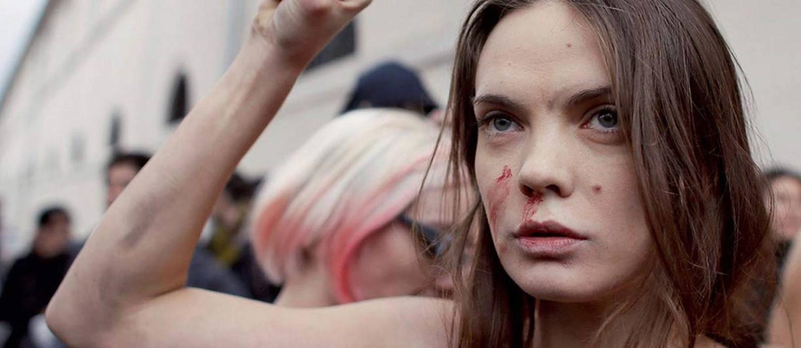 A ativista Oksana Chatchko durante manifestação em Paris, em defesa do casamento de pessoas do mesmo sexo Foto: Trubouillard / AFP