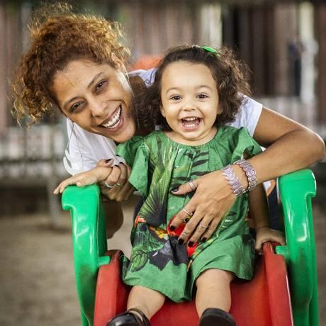 Bianca Barbosa e a filha Madalena, que frequenta uma creche tradicional de manhã e um coletivo parental à tarde Foto: Bárbara Lopes / Agência O Globo