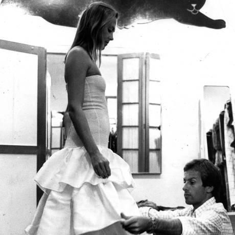 Manuel Lamarca em seu ateliê no Rio, provando roupa em Olívia Lares Foto: Paulo Wrencher