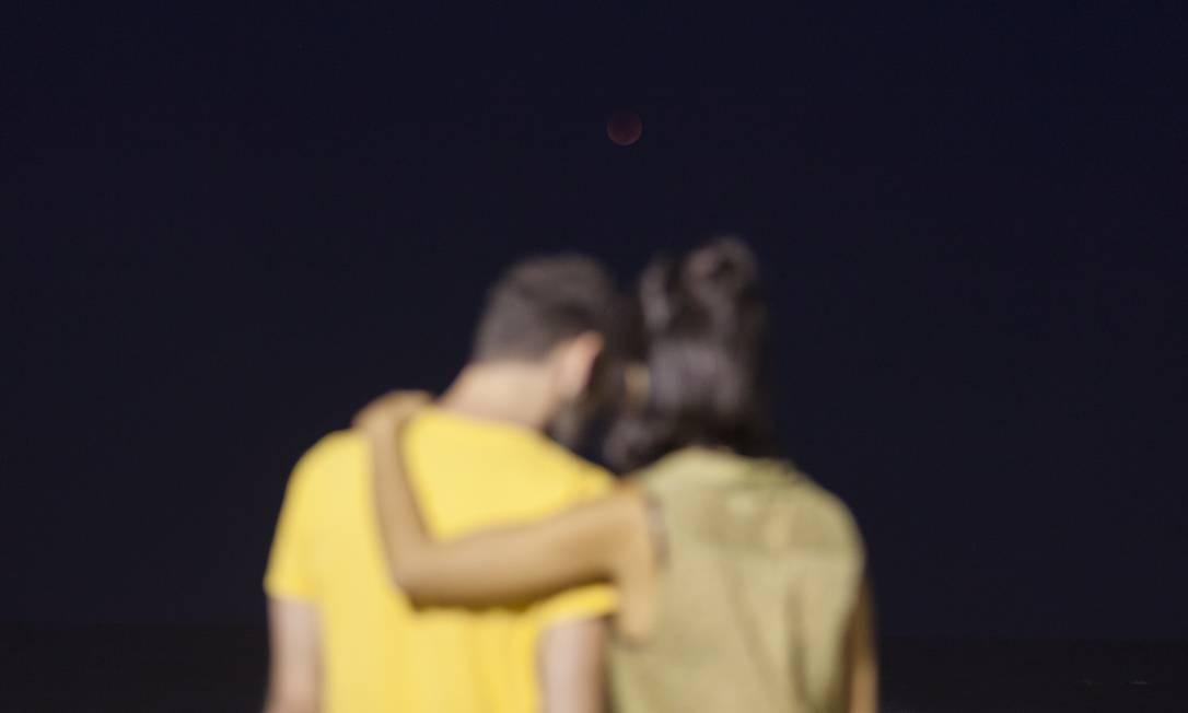 Eclipse lunar inspira clima romântico do casal em Copacabana Foto: Gabriel Monteiro / Agência O Globo