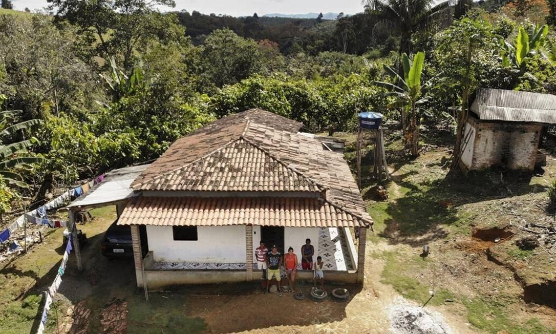 Os agricultores Sirane Silva e Eneas de Oliveira com os filhos, em sua casa em Teolândia, Bahia. Sirane e um dos meninos contraíram leishmaniose, numa das regiões mais afetadas pela doença Foto: Divulgação/Vinicius Berger/DnDi