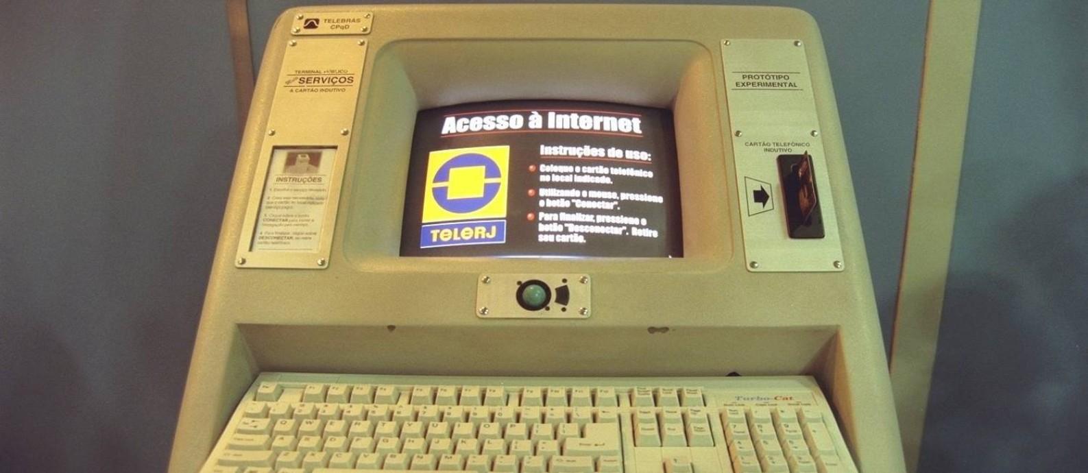 Terminal de acesso à internet no posto da antiga Telerj, em 1998 Foto: Simone Marinho / Simone Marinho/Arquivo