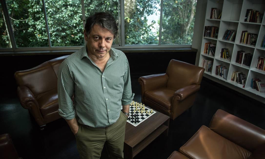 O diretor-geral do Impa, Marcelo Viana, em seu gabinete da instituição: confiança no sucesso do congresso Foto: Brenno Carvalho