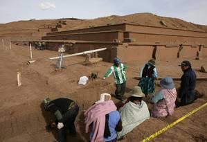 Em 2009, escavadores descansam nas ruínas de Tiawanaku Foto: DAVID MERCADO / Reuters