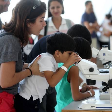 Microscópio é atração na programação de férias do Museu do Amanhã Foto: Custódio Coimbra