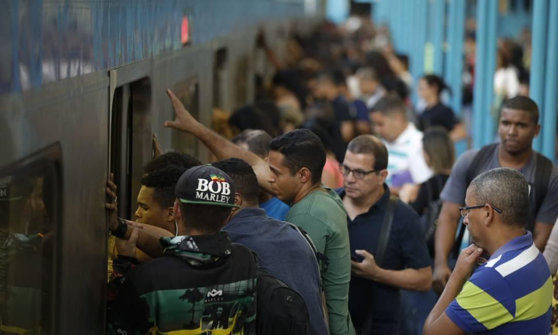 Trabalhadores tentam entrar em um trem na Central Foto: Pablo Jacob / Agência O Globo