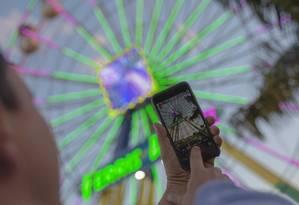 Pessoas usam celular em Brasília. A capital federal e considerada a cidade mais conectada do país Foto: Daniel Marenco / Agência O Globo