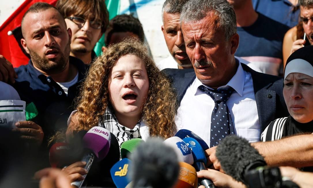 A jovem palestina Ahed Tamimi fala com jornalistas após sua libertação: Israel diz que incidente foi ensaiado Foto: AFP/ABBAS MOMANI