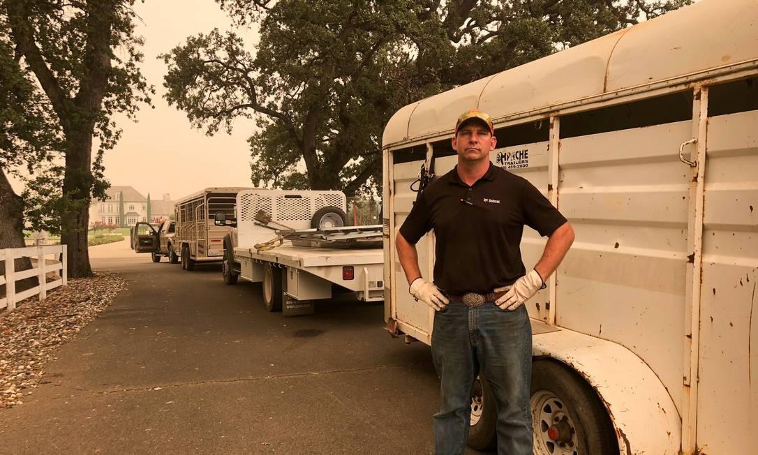 Tucker Zimmerman e o trailer que usa para carregar os cavalos e outros animais deixados para trás que salva do incêndio na Califórnia Foto: REUTERS/ALEXANDRIA SAGE