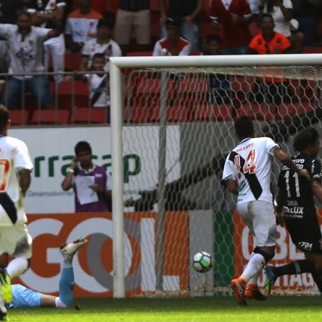 Camisa 11, Romero corre para comemorar o quarto gol do Corinthians sobre o Vasco Foto: Jorge William / Agência O Globo