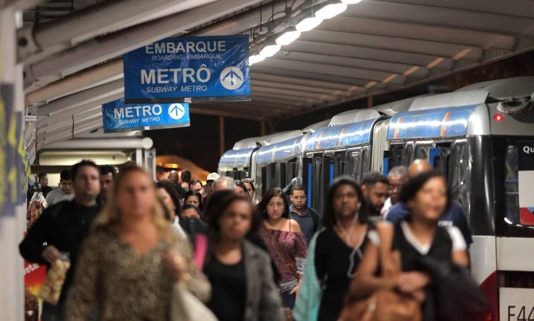 Movimentação de passageiros em uma das poucos estações multimodais do Rio, a do Jardim Oceânico, na Barra da Tijuca, onde há a ligação entre a Linha 4 do metrô e o BRT: integração de tarifa ainda é parcial entre os modais Foto: Fernanda Dias / Agência O Globo