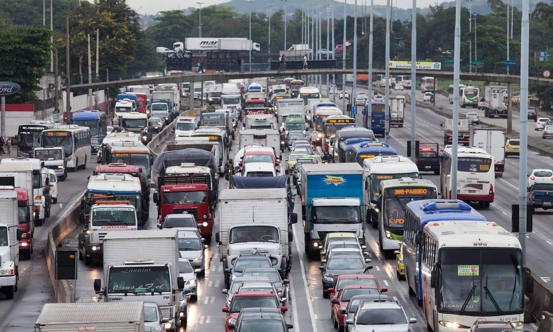 Motoristas enfrentam diariamente trânsito pesado na Avenida Brasil, uma das principais vias do Rio. Obras do BRT Transbrasil, corredor exclusivo de ônibus que aliviaria o tráfego, estão paralisadas e sem previsão para serem retomadas Foto: Brenno Carvalho / Agência O Globo
