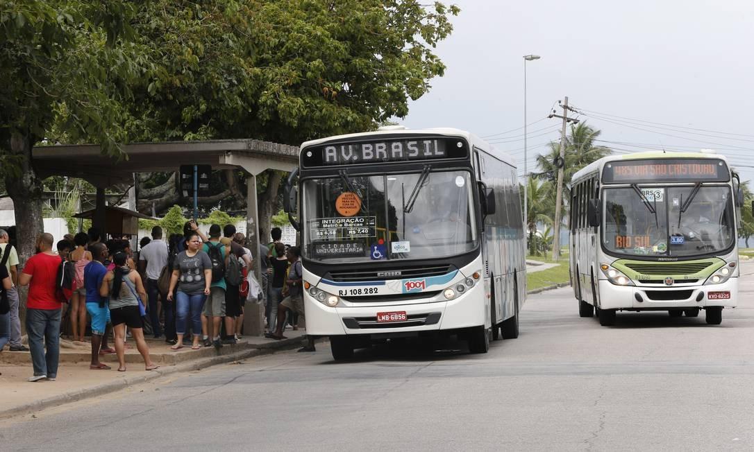 Ponto de ônibus cheio na Ilha do Fundão Foto: Domingos Peixoto 29-11-2016 / Agência O Globo