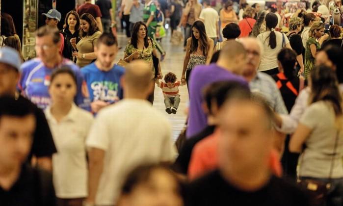 Movimentação de populares em shopping na capital paulista Foto: Gabriela Biló / Estadão Conteúdo