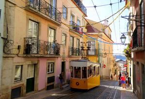 Bonde passa em rua de Lisboa, capital de Portugal Foto: Pixabay
