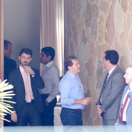 Valdemar (ao fundo, de perfil) numa reunião do centrão na casa do presidente da Câmara, Rodrigo Maia. O chefão do PR não gosta de holofotes Foto: Ailton de Freitas / Agência O Globo