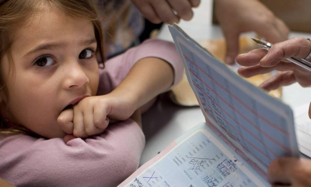 Caderneta. A anotação do dia e das doses ajuda a planejar o calendário de vacinação Foto: MARCIA FOLETTO / 24-7-17