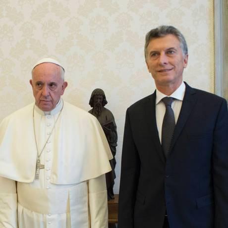 O presidente da Argentina, Mauricio Macri, e o Papa Francisco em encontro no Vaticano em fevereiro de 2018: fria relação foi para o freezer com envio do projeto ao Congresso local Foto: - / AFP/OSSERVATORE ROMANO/27-02-1016