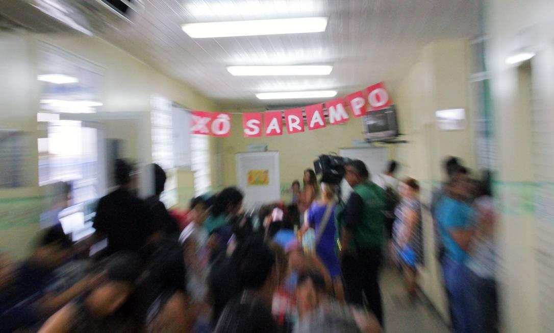 Pessoas recebem vacina contra sarampo na Policlínica no bairro Parque Dez, em Manaus. O estado do Amazonas é o que concentra maior número de casos Foto: Sandro Pereira/Agência O Globo/05-07-2018