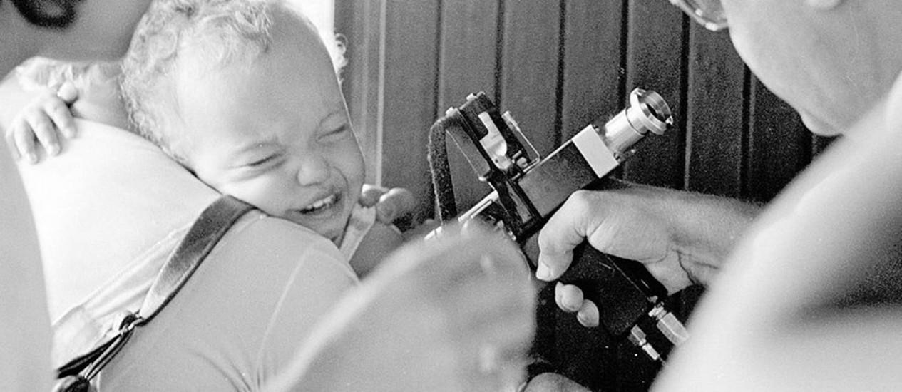 Criança recebe vacina contra a poliomielite na década de 1970: para imunologistas, aumento da circulação de pessoas proporcionado pela globalização é o novo desafio à saúde pública Foto: Luis Pinto/27-6-1977