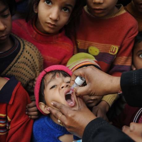 Menino indiano recebe vacina contra poliomielite Foto: NARINDER NANU / AFP/23-1-2011