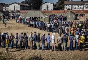 Eleitores fazem fila para votar no subúrbio de Mbare, em Harare, capital do Zimbábue Foto: LUIS TATO / AFP